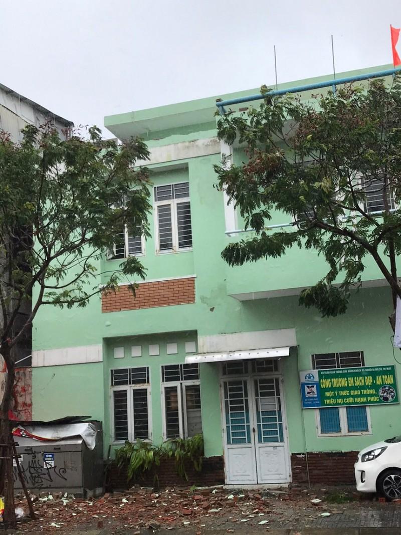 Trường tiểu học Trần Cao Vân Đà Nẵng bị đổ lam tường lan can trên