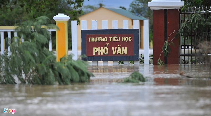 Không chỉ cây cối đổ ngổn ngang mà trường Tiểu học Phổ văn cũng chìm trong nước lũ (Ảnh: Zing).