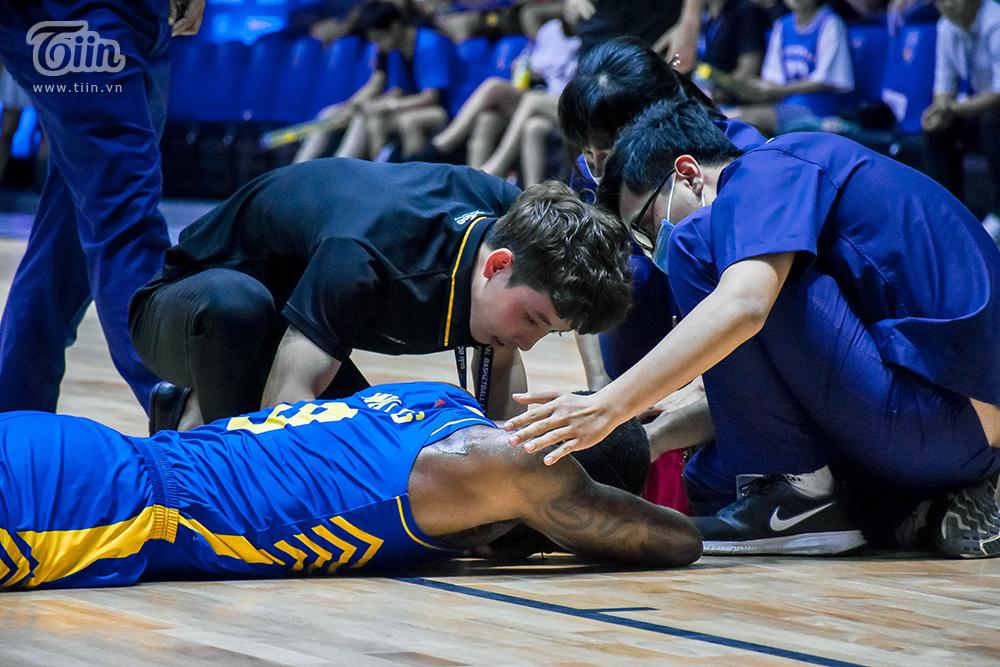 Ngay sau đó, lực lượng y tế đã tiến hành sơ cứu vết thương của anh ngay trên sân đấu. Trong một số khoảnh khắc, có thể thấy Watts Aiekeem không thể ngồi dậy và phải tiếp tục nằm trên sân