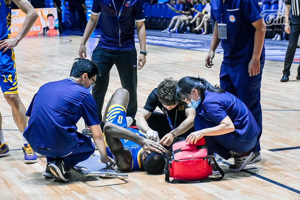 Tình huống va chạm khiến ngoại binh Hochiminh City Wings ôm mặt đau đớn 7