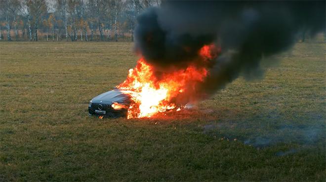 Clip gây sốc: Chàng trai tưới xăng châm lửa đốt siêu xe gần 4 tỷ đồng vì 'bực mình' 4