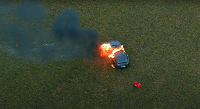 Clip gây sốc: Chàng trai tưới xăng châm lửa đốt siêu xe gần 4 tỷ đồng vì 'bực mình' 3