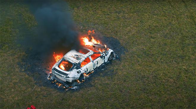 Chiếc xe bốc cháy ngùn ngụt và chỉ còn là đống tro tàn.