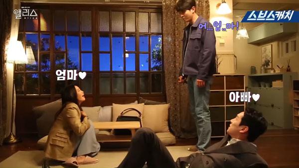 Hậu trường 'Xứ sở Alice' tập 29-30: 'Phản ứng hóa học' tuyệt vời của 'bố mẹ' Kim Hee Sun – Kwak Si Yang khiến fan 'trụy tim' 2