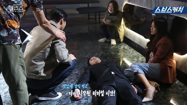 Hậu trường 'Xứ sở Alice' tập 29-30: 'Phản ứng hóa học' tuyệt vời của 'bố mẹ' Kim Hee Sun – Kwak Si Yang khiến fan 'trụy tim' 7