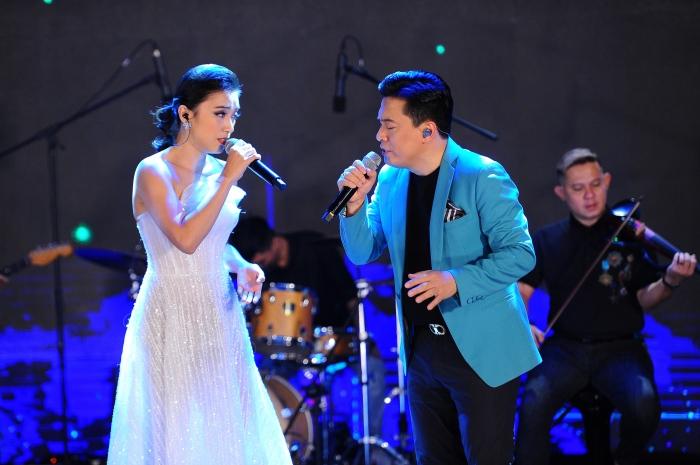 Con gái cưng liên tục vỗ tay theo nhạc khi xem Lam Trường biểu diễn trên sân khấu 0
