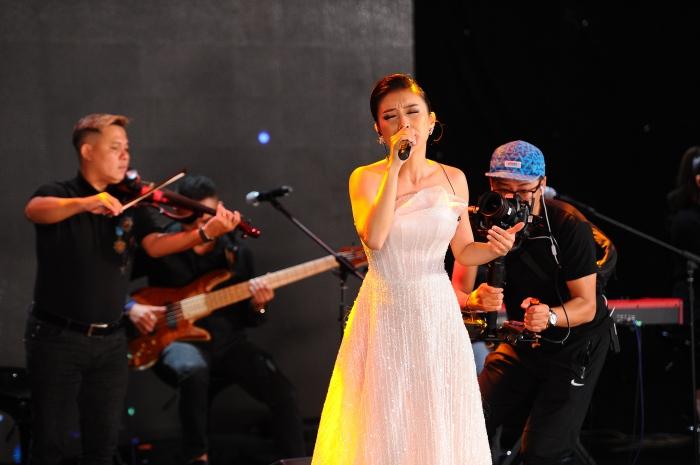 Con gái cưng liên tục vỗ tay theo nhạc khi xem Lam Trường biểu diễn trên sân khấu 5