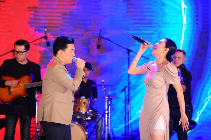 Con gái cưng liên tục vỗ tay theo nhạc khi xem Lam Trường biểu diễn trên sân khấu 1