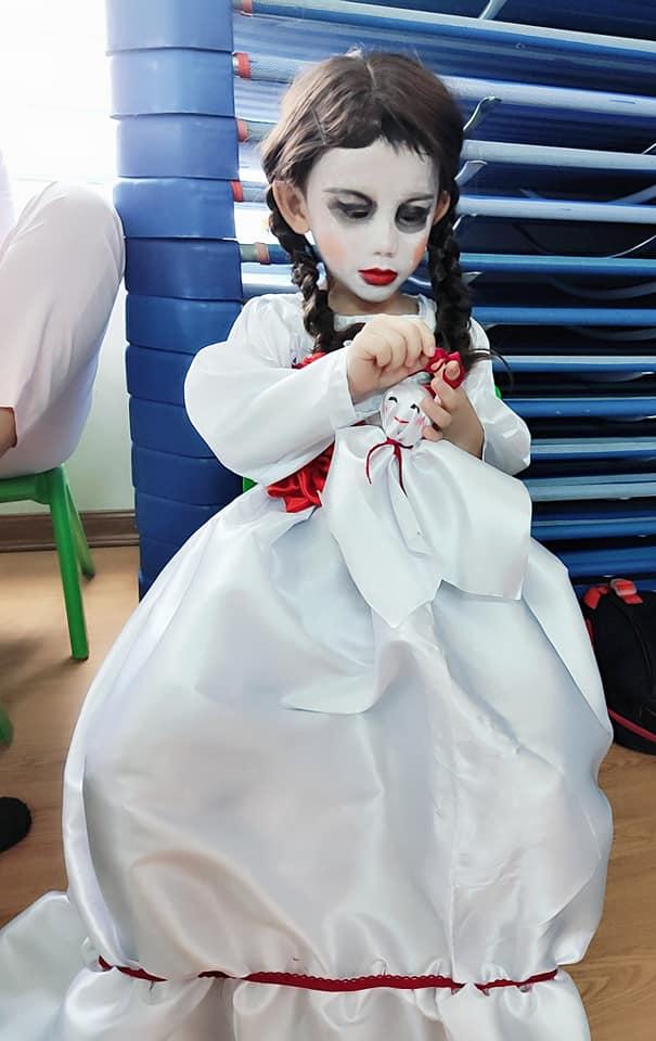 Màn hóa trang 'đỉnh' nhất Halloween 2020: Cậu bé vào vai búp bê Annabelle nhờ tài trang điểm, may váy của mẹ 0