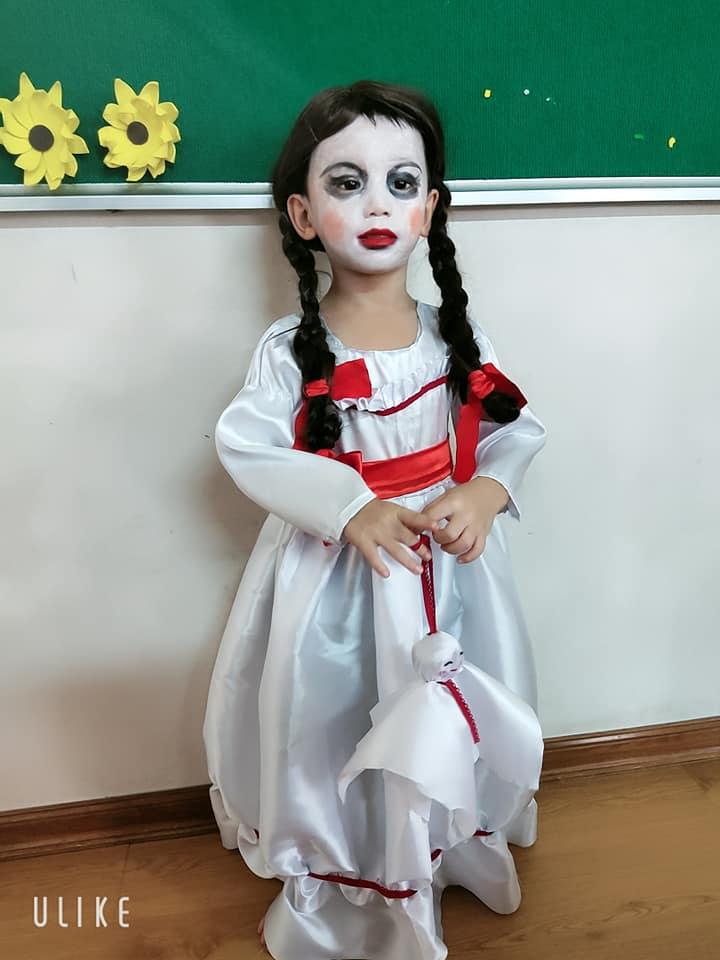 Màn hóa trang 'đỉnh' nhất Halloween 2020: Cậu bé vào vai búp bê Annabelle nhờ tài trang điểm, may váy của mẹ 2