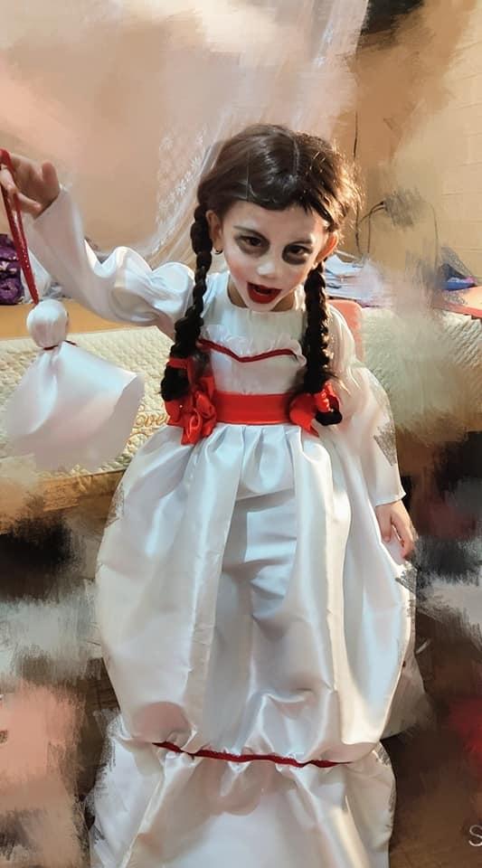 Màn hóa trang 'đỉnh' nhất Halloween 2020: Cậu bé vào vai búp bê Annabelle nhờ tài trang điểm, may váy của mẹ 3
