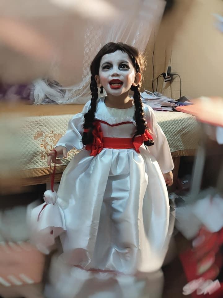 Màn hóa trang 'đỉnh' nhất Halloween 2020: Cậu bé vào vai búp bê Annabelle nhờ tài trang điểm, may váy của mẹ 4
