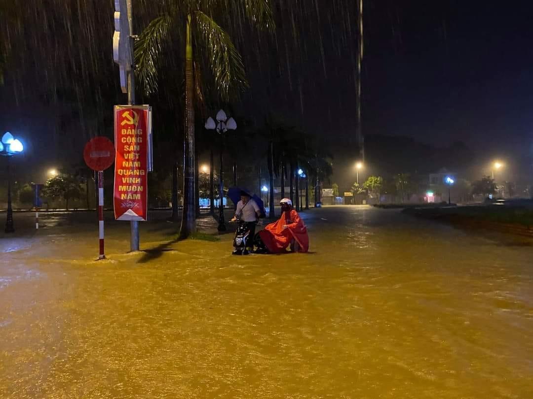 Nước dâng cao trong nhiều khu vực của huyện Đô Lương, người dân đi xe đạp điện bị chết máy giữa đường.
