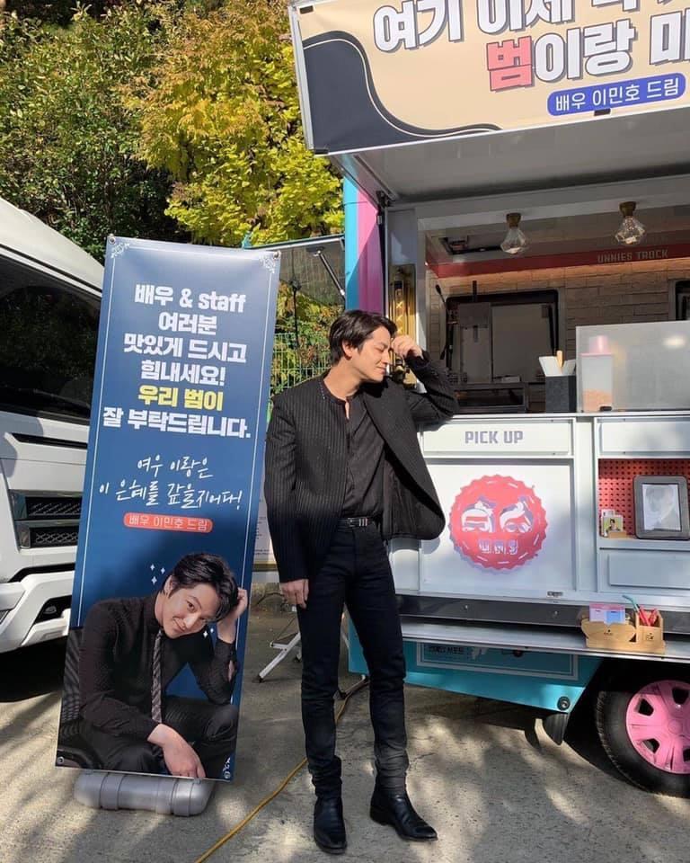 Lee Min Ho gửi quà đến phim trường 'Hồ ly', Kim Bum liền đăng ảnh khoe tình bạn 10 năm 1