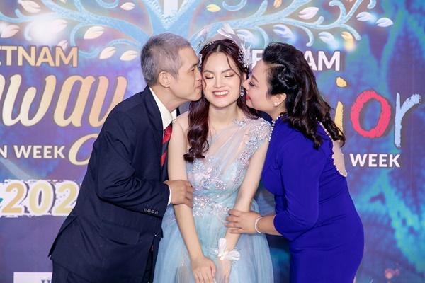 Bố mẹ có mặt cổ vũ choSunny Đan Ngọc trong đêm diễn.