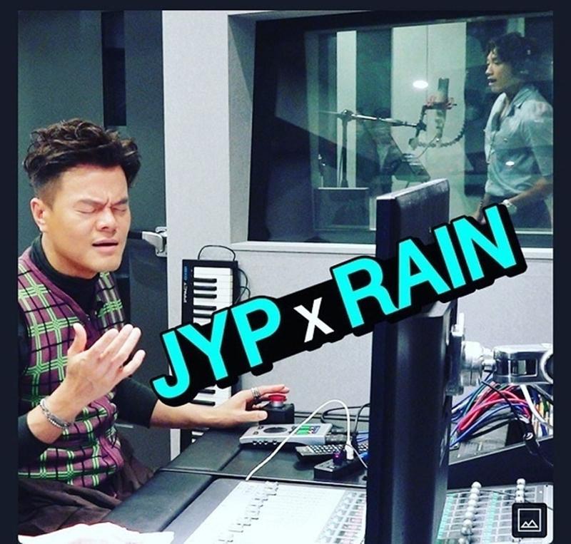 Trong bức ảnh, Bi Rain ở trong phòng thu âm trong khi 'ông trùm JYP' ngồi bên ngoài. Ông xã Kim Tae Hee tâm sự rằng đã 13 năm rồi mới vào chung phòng thu làm việc với JYP.