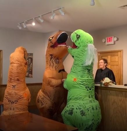 Cặp đôi hóa thân thành khủng long để kết hôn.