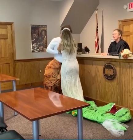 Cả haicởi bỏ trang phục khủng long và trao cho nhau nụ hôn.
