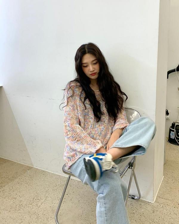Joy dành sự ưu ái cho chiếc áo len phối màu tươi sáng. Mỹ nhân nhóm Red Velvet chọn kiểu áo len móc, mix cùng quần jeans ống rộng rồi sử dụng chiếc túi xách Gucci màu tím lavender để khiến set đồ thêm nổi bật.