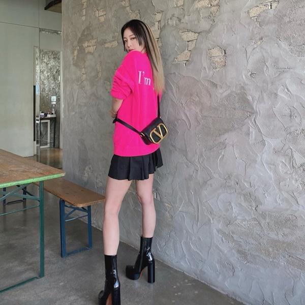 Han Ye Seul lại 'hack tuổi' khi diện áo len hồng rực rỡ cùng chân váy xếp ly ngắn, kèm theo phụ kiện boots da cao gót và túi xách của Valentino. Set đồ không chỉ giúp cô khoe khéo đôi chân thon mà còn tạo nên vẻ ngoài cá tính, chất chơi cực kỳ hút mắt.