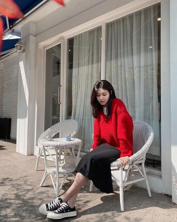 Sooyoung yêu thích chiếc áo len trơn màu phủ sắc đỏ nổi bật và chọn mix item này cùng chân váy midi cùng sneakers năng động, tạo nên vẻ trẻ trung thanh lịch.