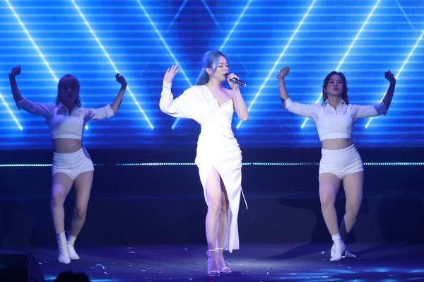 Liz Kim Cương cũng sôi động không kém với phiên bản dance 'Em cần 1 người quan tâm'.