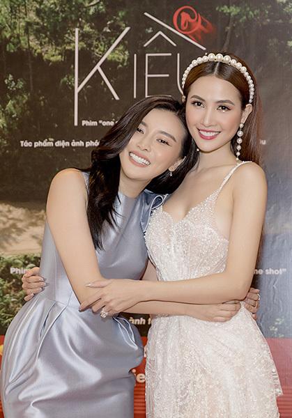 Phan Thị Mơ (phải) và Cao Thái Hà - vai chị em trong 'Kiều @'.