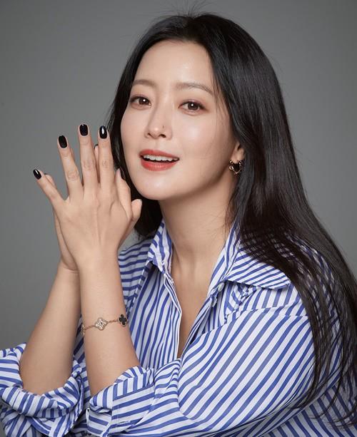 'Xứ sở Alice': Kim Hee Sun khóc hết nước mắt suốt 1 giờ đồng hồ sau khi phân cảnh cuối cùng lên sóng 4