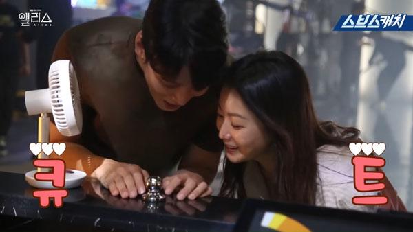 Joo Won luôn thân thiết và quan tâm 'chị gái' trên phim trường'.