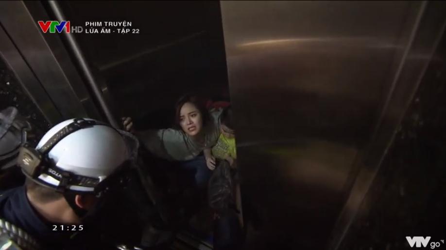 Ngọc và người dân được đội cứu hộ cứu ra khỏi thang máy