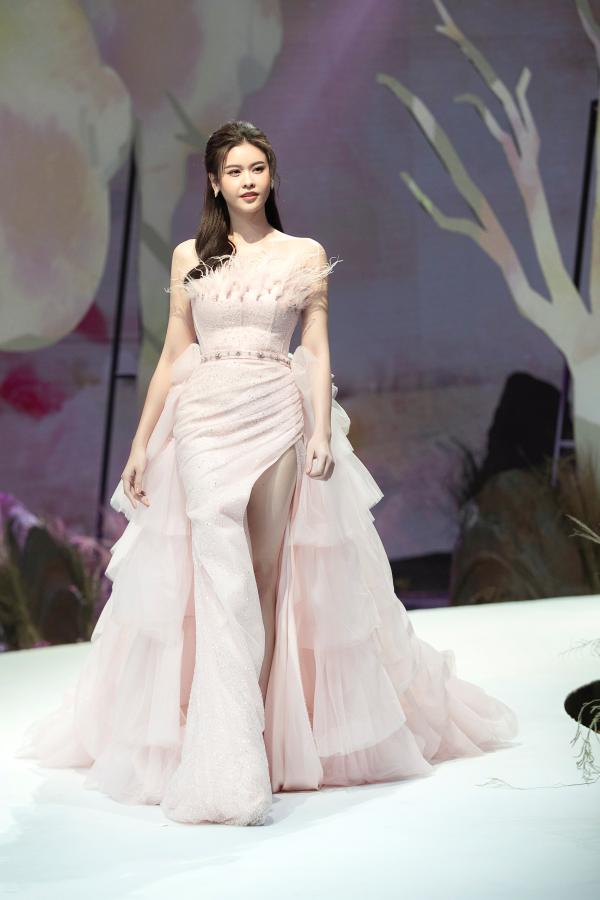 Trương Quỳnh Anh diện 'đầm công chúa', sải bước làm vedette đầy thần thái 2