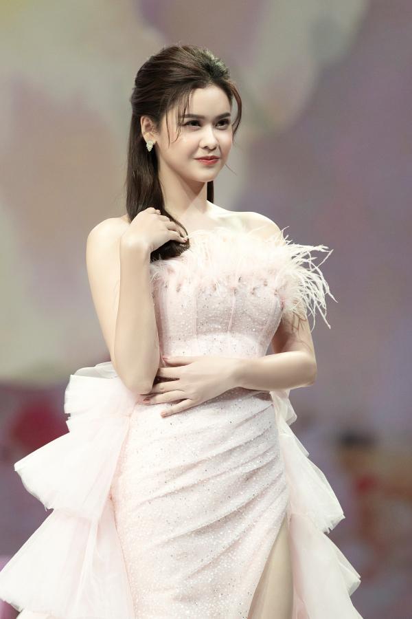 Trương Quỳnh Anh diện 'đầm công chúa', sải bước làm vedette đầy thần thái 5