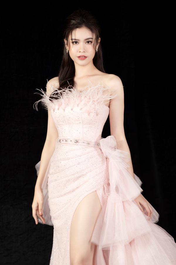 Trương Quỳnh Anh diện 'đầm công chúa', sải bước làm vedette đầy thần thái 0