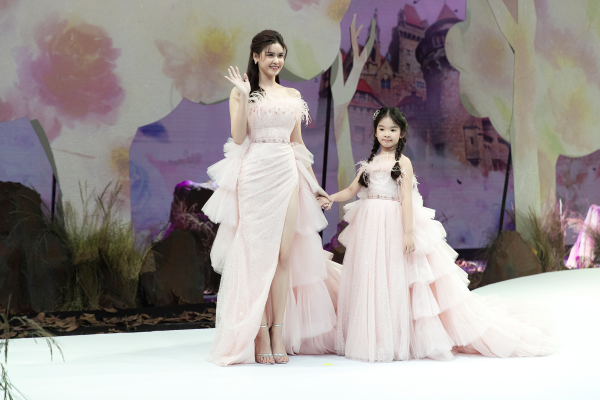 Trương Quỳnh Anh diện 'đầm công chúa', sải bước làm vedette đầy thần thái 1