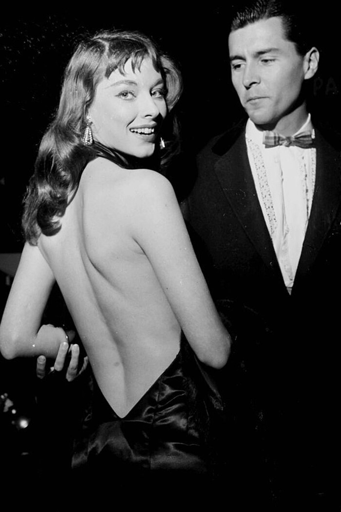 Nhan sắc mỹ nhân táo bạo giới thiệu mẫu váy hở lưng khiến cả Hollywood say đắm 50 năm trước 4