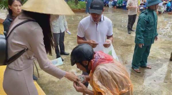 Thủy Tiên hoãn trao tặng tiền vì phát hiện 'người khá giả đi nhận tiền, người nghèo không có phiếu' 0