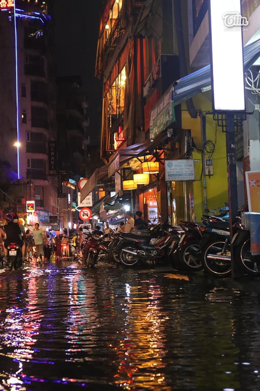 Mặc mưa lớn tầm tã, phố Tây Bùi Viện vẫn đông nghẹt người đón Halloween 0