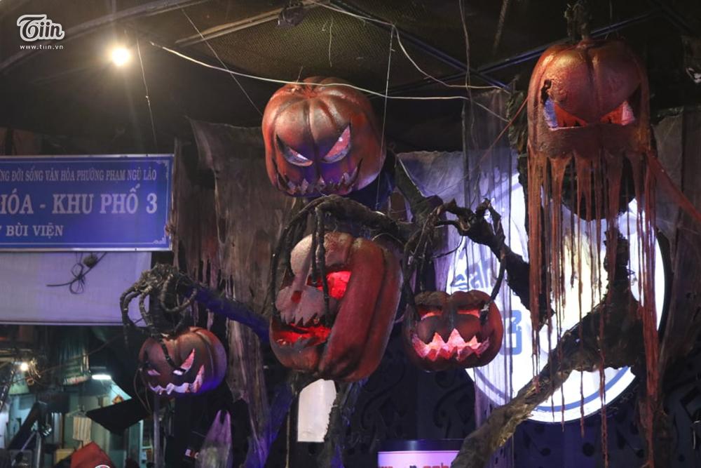Mặc mưa lớn tầm tã, phố Tây Bùi Viện vẫn đông nghẹt người đón Halloween 5