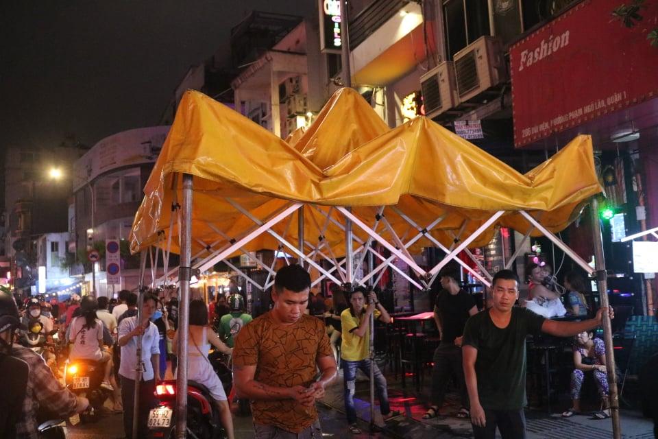 Một số hàng quánđã chuẩn bị căng bạt cho khách tránh mưa