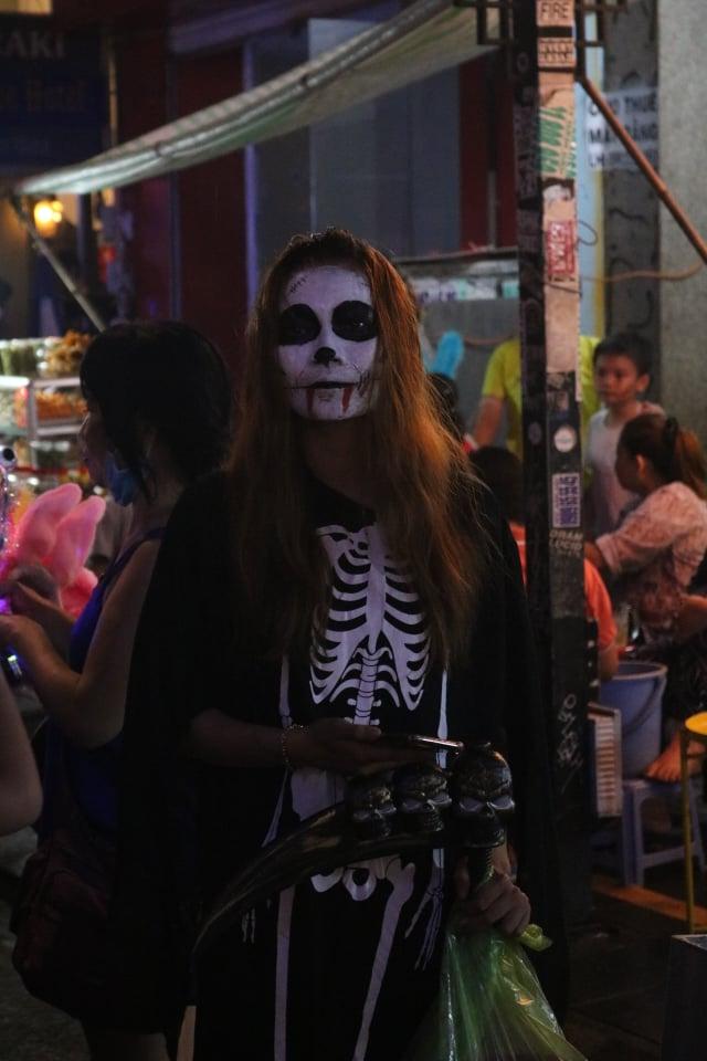 Mặc mưa lớn tầm tã, phố Tây Bùi Viện vẫn đông nghẹt người đón Halloween 8