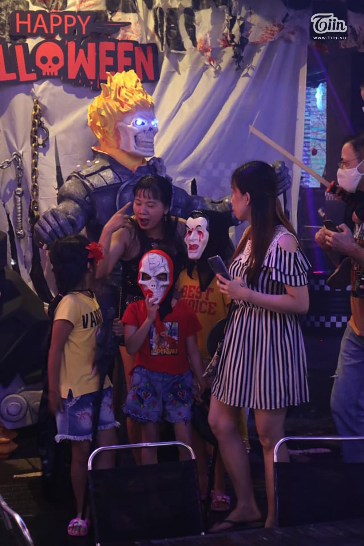 Mặc mưa lớn tầm tã, phố Tây Bùi Viện vẫn đông nghẹt người đón Halloween 12