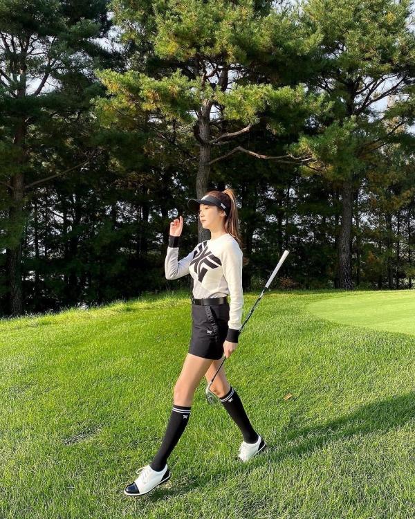 Mặc dù chỉ là đi chơi golf, nhưng Jessica vẫn chứng minh mình sẽ luôn mặc đẹp dù đó là trường hợp nào. Cô nàng chọn kiểu áo len mỏng dài tay để chống nắng, kết hợp chân váy chữ A không quá ngắn để tránh hở hang. Các items khác như mũ, giày sneaker và tất cao cổ đều được chọn màu xuyệt tông với 2 items chính để tạo sự thống nhất trong tổng thể.