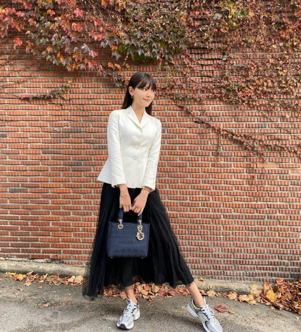 Cá tính, bánh bèo mà vẫn thanh lịch trang nhã là những từ để mô tả set đồ của Soo Young. Thành viên SNSD kết hợp kiểu blazer nhấn eo cùng chân váy midi để vẻ ngoài thêm phần thu hút.