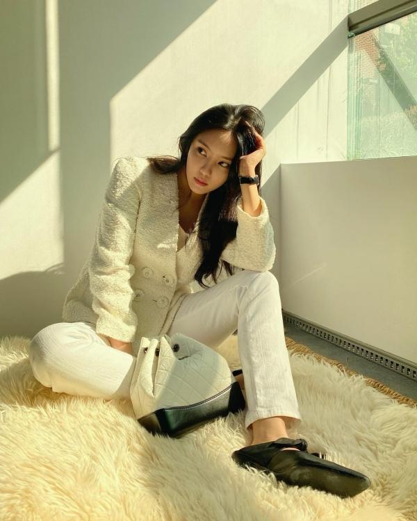 Dường như, Hyomin dạo này đang rất 'kết' những tông màu sáng, ấm áp. Diện theo style white-in-white, Hyomin tinh tế chọn phần trên là chất liệu tweed đang là hot trend và dưới là quần jeans ống suông để không tạo sự nhàm chán cho outfit.