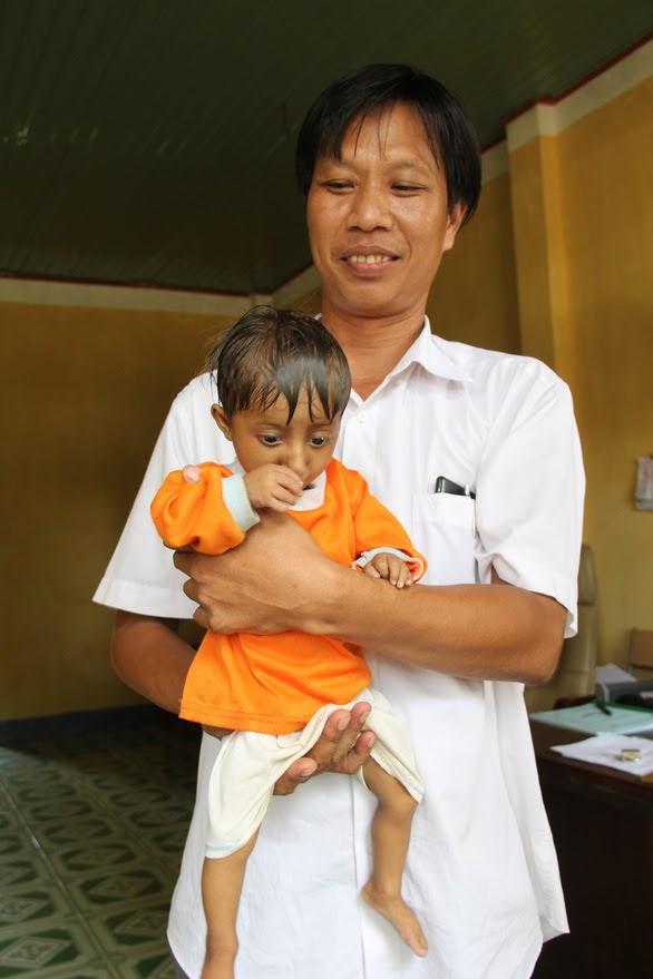 Thầy Hiệu trưởng Đặng Văn Cương chính là người đã mang đến choK'Rể một cuộc đời mới (Ảnh Tuổi trẻ)