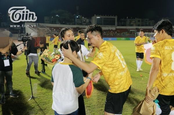 Hậu lùm xùm thái độ, Lâm Vỹ Dạ dẫn 2 con cổ vũ Hứa Minh Đạt tham gia trận bóng từ thiện của Jack 0
