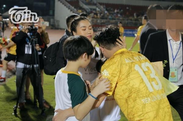 Hậu lùm xùm thái độ, Lâm Vỹ Dạ dẫn 2 con cổ vũ Hứa Minh Đạt tham gia trận bóng từ thiện của Jack 1