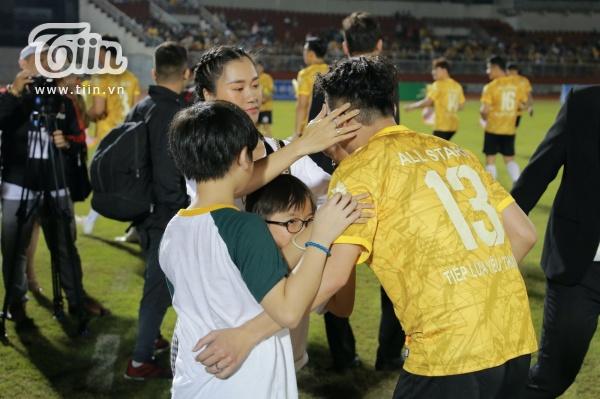 Hậu lùm xùm thái độ, Lâm Vỹ Dạ dẫn 2 con cổ vũ Hứa Minh Đạt tham gia trận bóng từ thiện của Jack 2