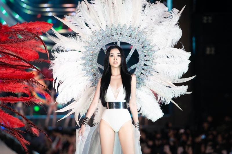 Đương kim Hoa hậu Việt Nam Trần Tiểu Vy, Á hậu Phương Nga và Á hậu Thúy An cực nóng bỏng bên cạnh Top 35.