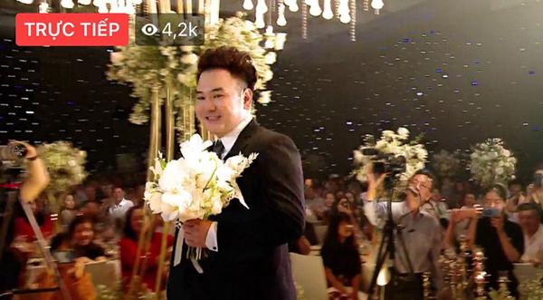 8h tối nay hôn lễ của Xemesis - Xoài Non được tổ chứcqua livestream phát trên kênh cá nhân của chàng streamer. Đây là khoảnhkhắc chú rể tiến vào lễ đường.